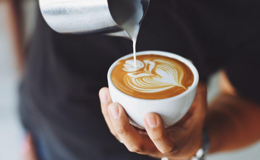 Kaffe i vitt kopp
