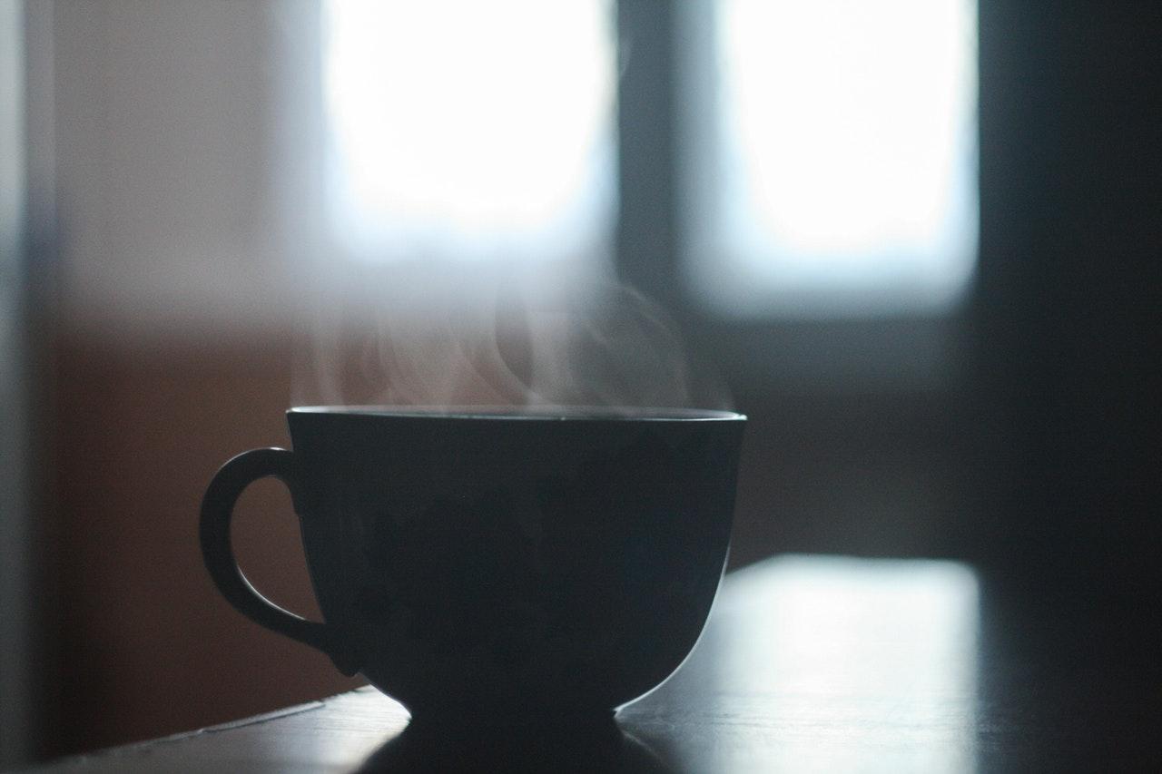 En kopp med rykande innehåll